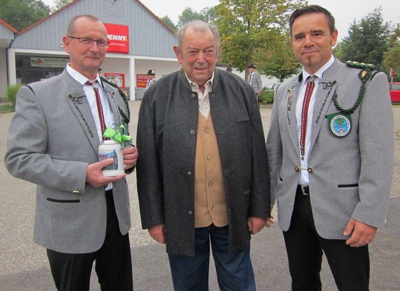 Erster Schützenmeister Laurent Boissat (im Bild rechts) und Zweiter Schützenmeister Rudolf Scheufler gratulierten dem Jubilar und überreichten einen Vereinskrug mit Widmung.