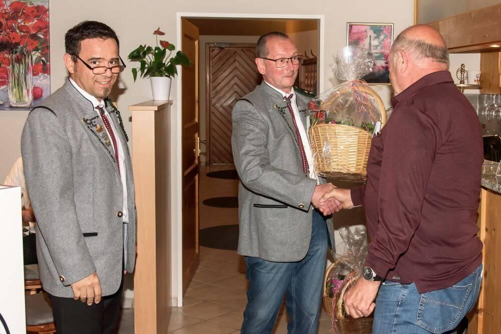 Auch Franz Huber, 24 Jahre in der Vorstandschaft wurde mit einem Geschenk geehrt.